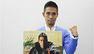 SGチャレンジカップ直前の菊地選手、ご自身の写るカレンダーをもってガッツポーズ!