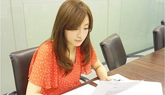 前回のトップ賞を逃した梅田彩佳さん、本番前にデータをチェックして気合十分! 今回はリベンジなるか!?
